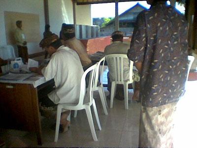 Situasi petugas yang mengatur pendataan para pencontreng