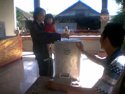 Duh sambil gendong anak, lha wong ibu nya nyontreng juga.. hahaha
