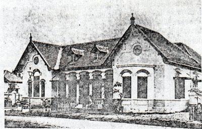 Tampak Depan rumah tinggal seorang Letnan. Rumah dinas Letnan adalah rumah Kopel (dua rumah yang atapnya menjadi satu)
