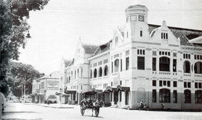 "Kantor Pusat ""Nillmij"", Jl. Juanda Jakarta. Dirancang  oleh arsitek: P.A.J.Moojen dan S. Snuyft pada th. 1909. Bentuk arsitektur ini tergolong sebagai arsitektur transisi. Salah  satu cirinya adalah bentuk menara (tower) serta gevel-gevel depan yang mengingatkan kita pada arsitektur rumah-rumah di Balanda  yang menghadap ke sungai."